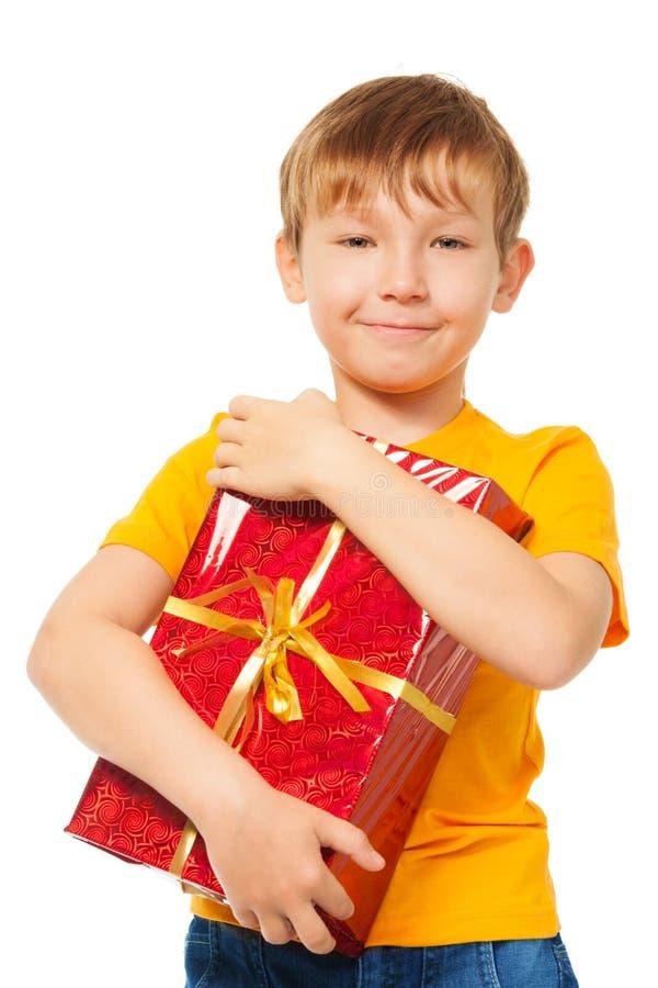 Мальчик держа его подарок на рождество стоковое изображение
