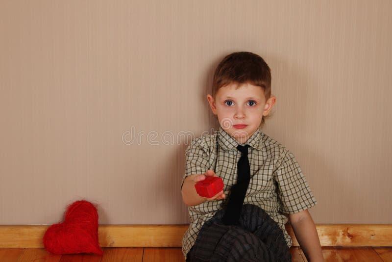 Мальчик держа прочитанное сердце стоковое изображение rf