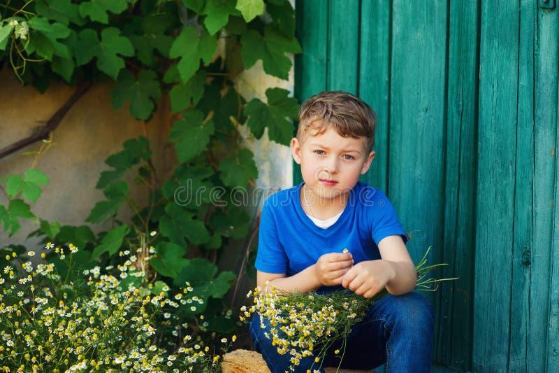Мальчик держит букет полевых цветков стоковые фото