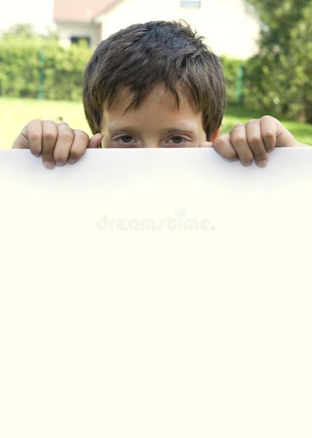 мальчик держит бумажный лист стоковая фотография