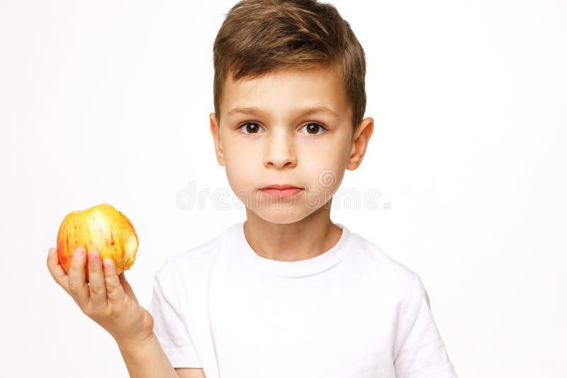 Мальчик держит съемку студии яблок стоковое изображение