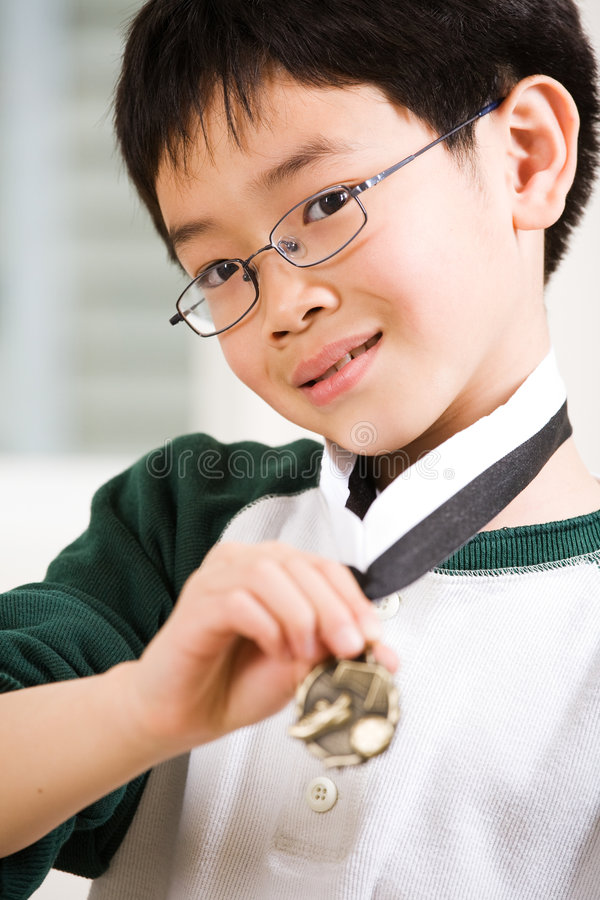 мальчик его выигрывать медали стоковые фотографии rf