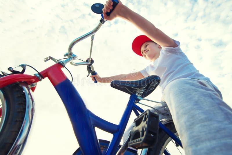 Мальчик едет велосипед на портовом районе стоковые фотографии rf