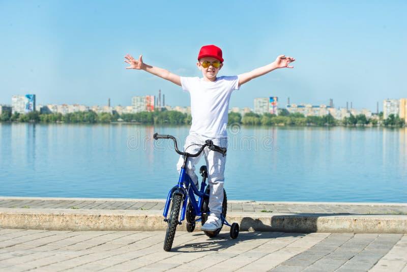 Мальчик едет велосипед на портовом районе стоковые изображения