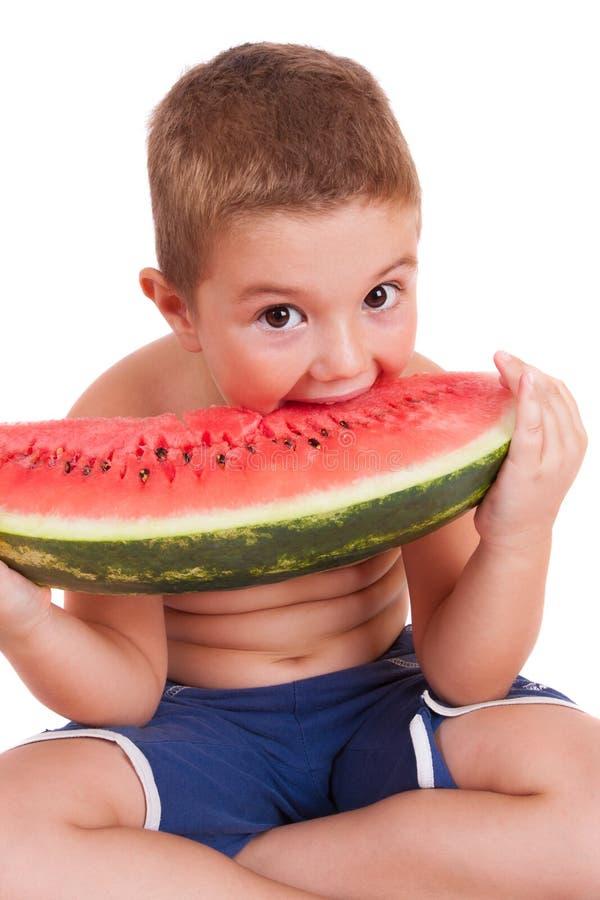 Мальчик есть арбуз стоковая фотография rf