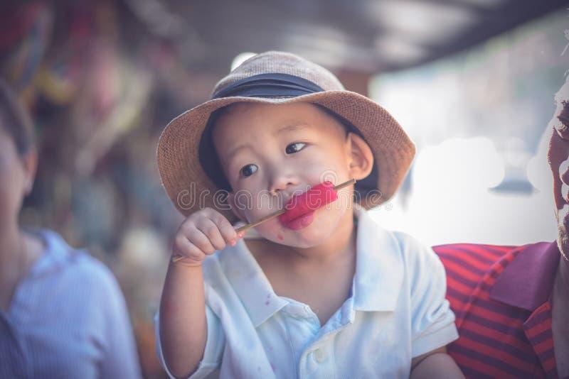 Мальчик ест мороженое стоковое фото rf