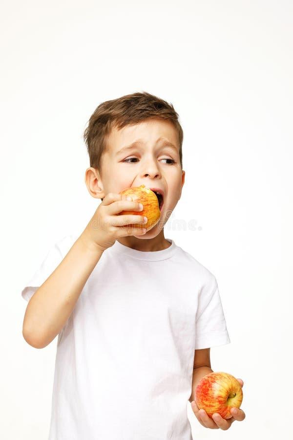 Мальчик ест съемку студии яблока стоковое фото rf