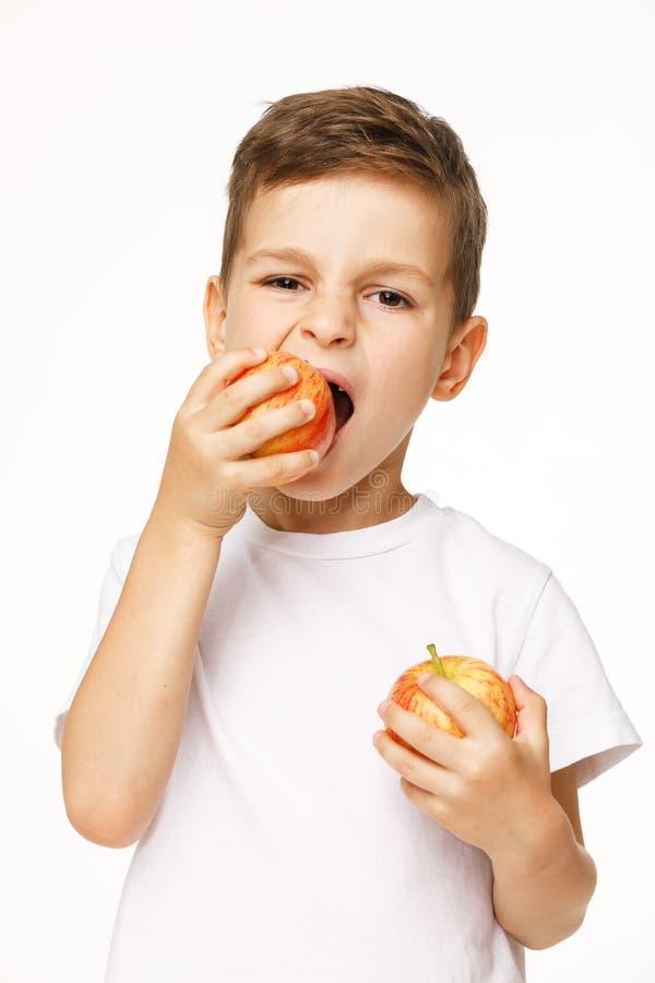 Мальчик ест съемку студии яблока стоковая фотография rf