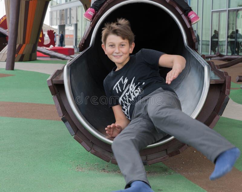 Мальчик играет на играх ` s детей на Dokk 1 здание в Орхусе d стоковые изображения rf