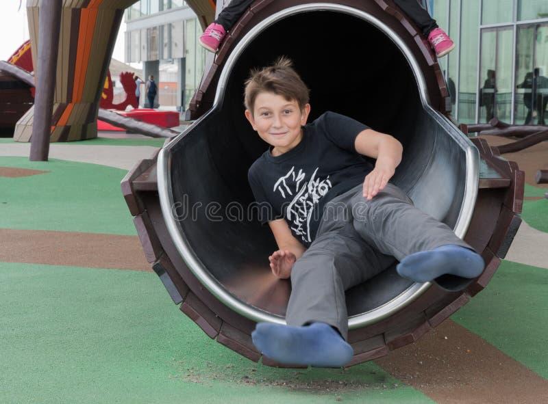 Мальчик играет на играх ` s детей на Dokk 1 здание в Орхусе d стоковое изображение