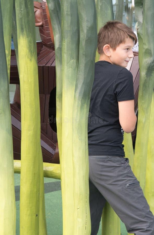 Мальчик играет на играх ` s детей на Dokk 1 здание в Орхусе d стоковая фотография