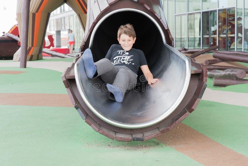 Мальчик играет на играх ` s детей на Dokk 1 здание в Орхусе d стоковые изображения