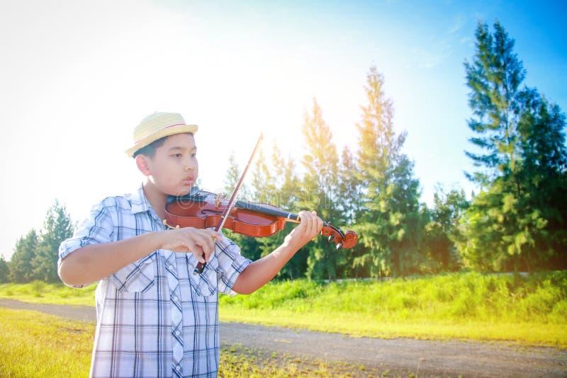 Мальчик играет на скрипке стоковые изображения rf