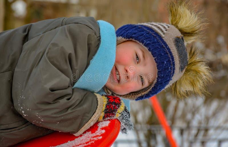 Мальчик играет на спортивной площадке стоковая фотография rf