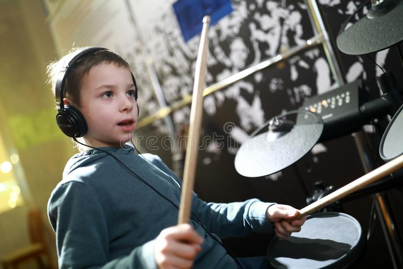 Мальчик играя барабанчики стоковые фото