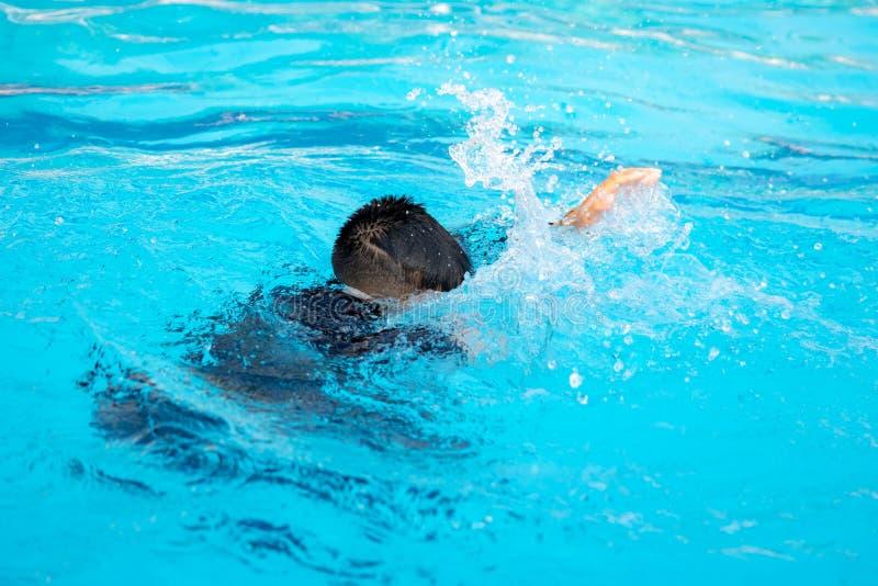 Мальчик играя воду стоковая фотография rf