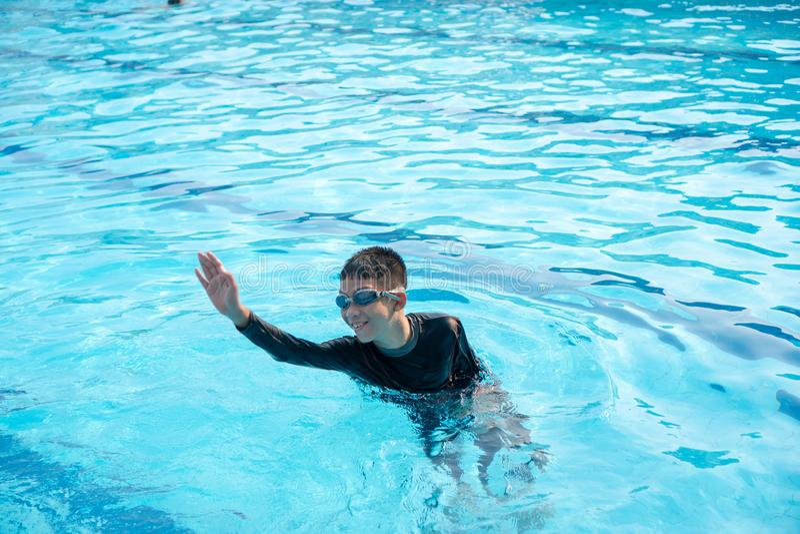 Мальчик играя воду стоковые изображения