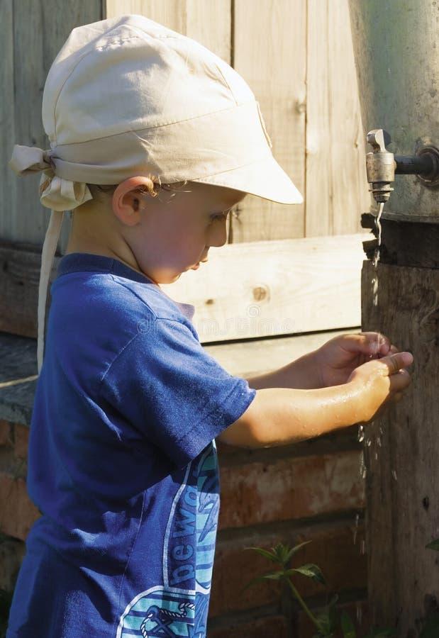 мальчик играя воду стоковые изображения rf