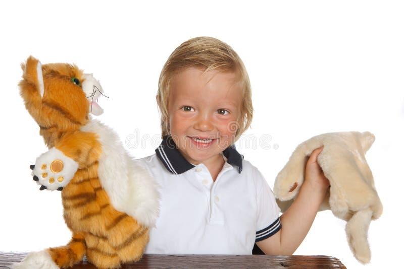 мальчик играя выставку марионетки стоковое фото rf