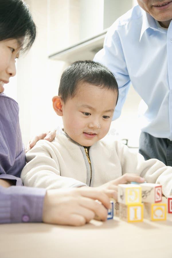 мальчик играя детенышей стоковая фотография