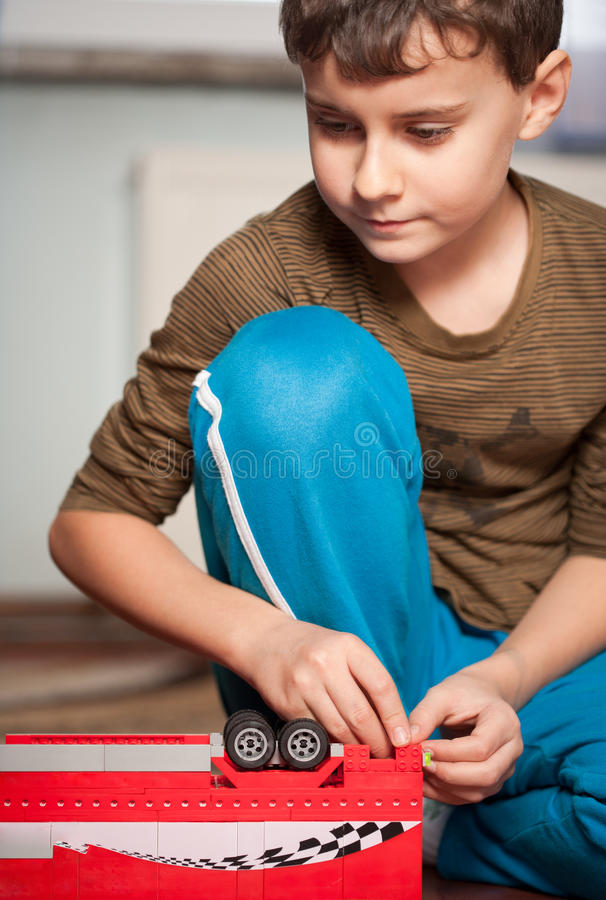 мальчик играя игрушки стоковое фото rf