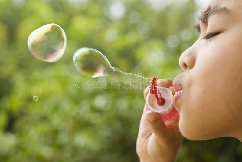 Мальчик играя пузыри стоковые изображения rf