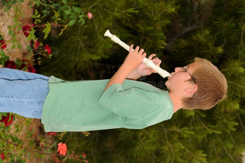 мальчик играя рекордера стоковое изображение rf