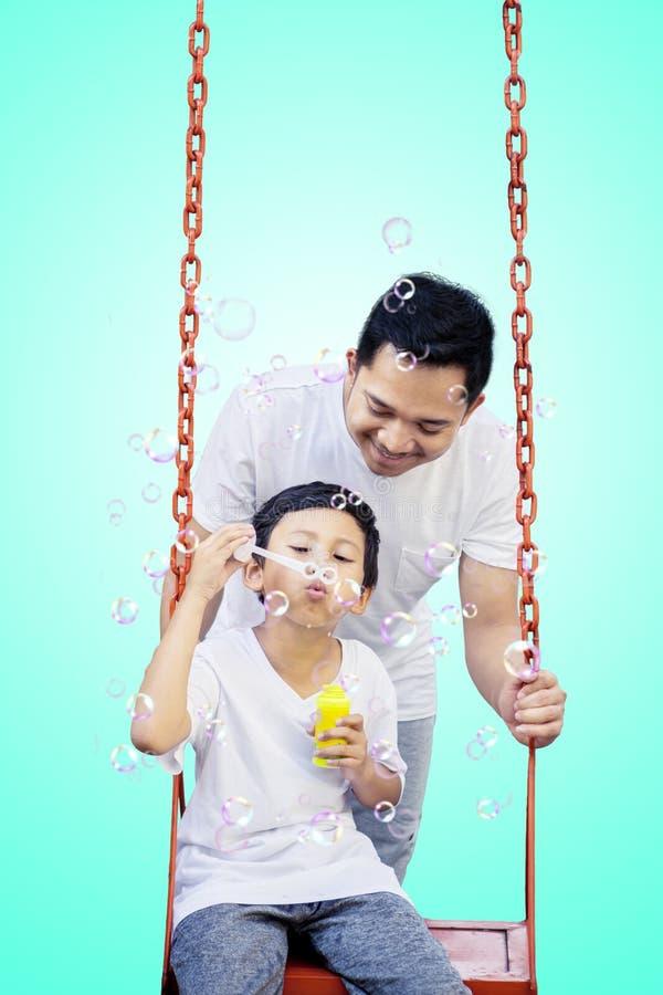 Мальчик играя с его отцом на студии стоковые изображения rf