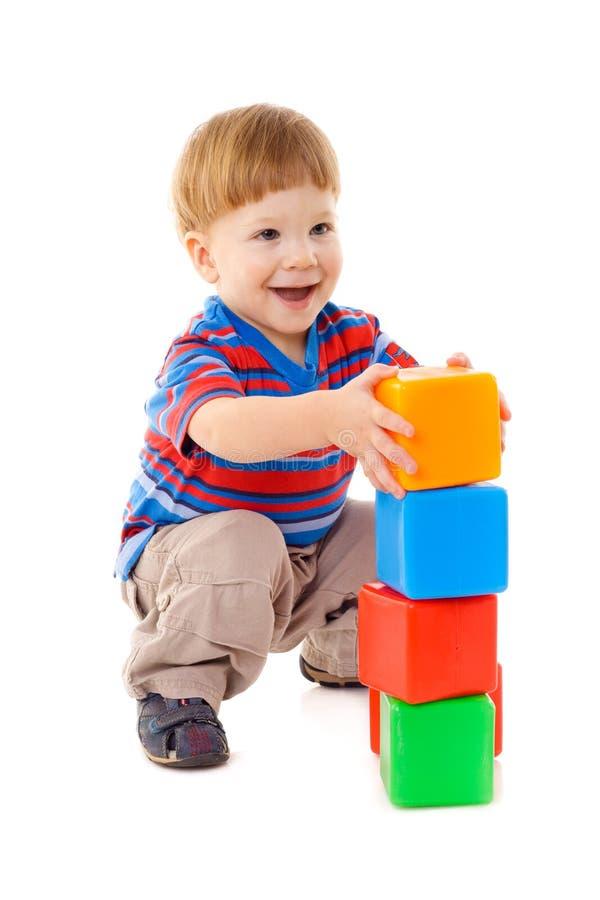 Мальчик играя с кубиками стоковое изображение