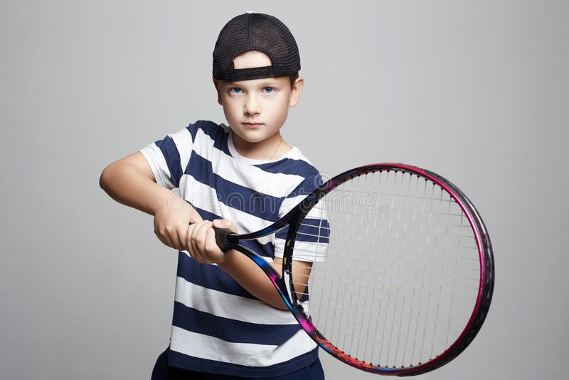 Мальчик играя теннис Дети спорта стоковое фото