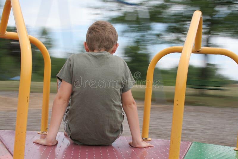 мальчик идет веселый круг стоковое изображение