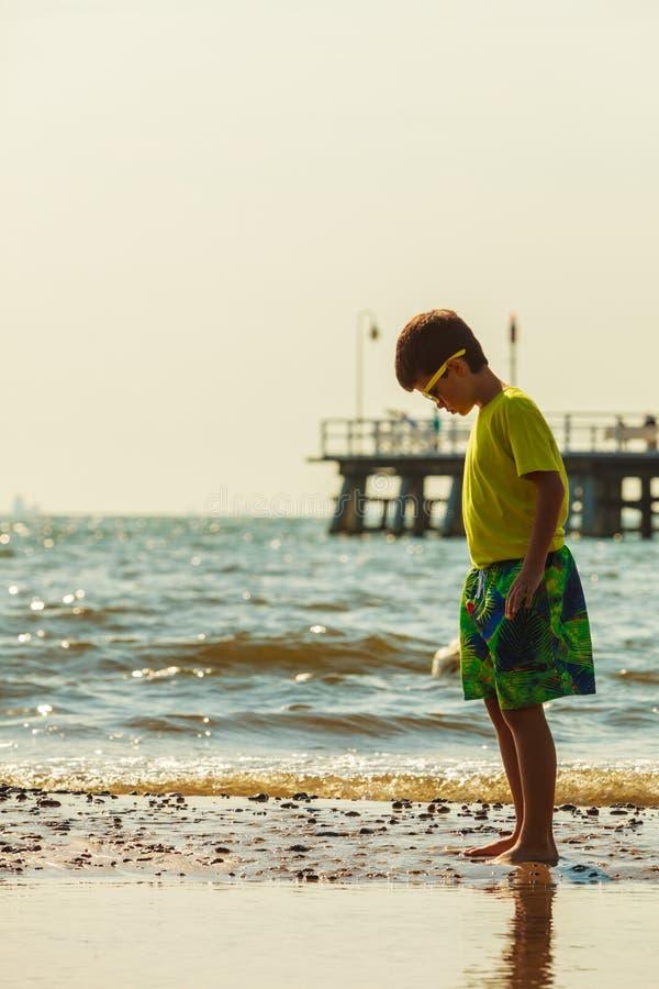 Мальчик идя на пляж стоковое изображение rf