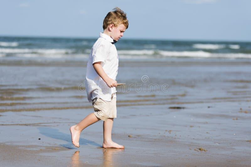 Мальчик идя на пляж стоковые фотографии rf