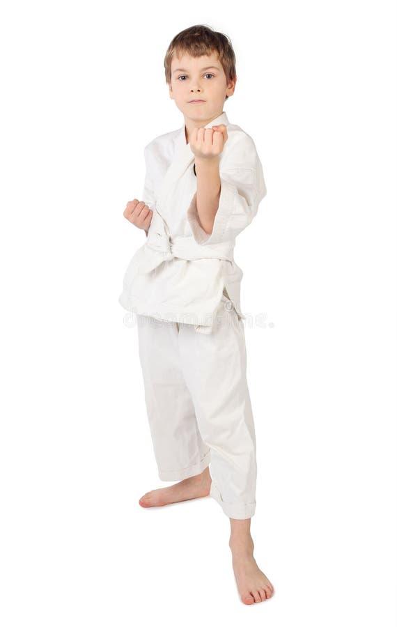 мальчик изолировал кимоно карате стоя бел стоковое фото