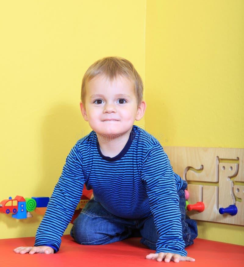 Мальчик имея потеху в daycare стоковое изображение rf