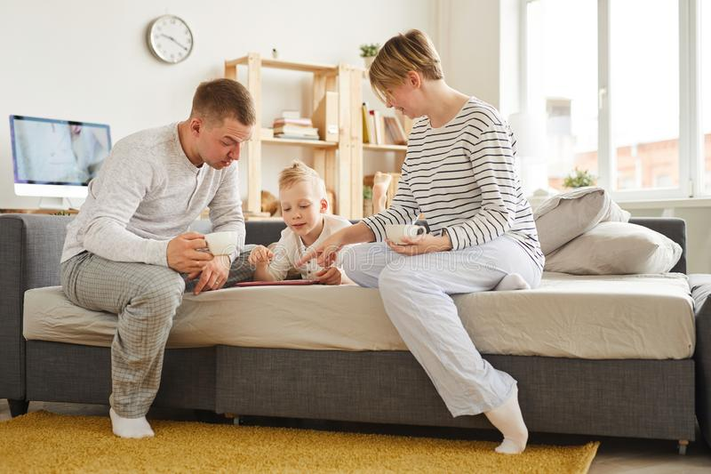 Мальчик используя учащ приложение с родителями стоковое изображение