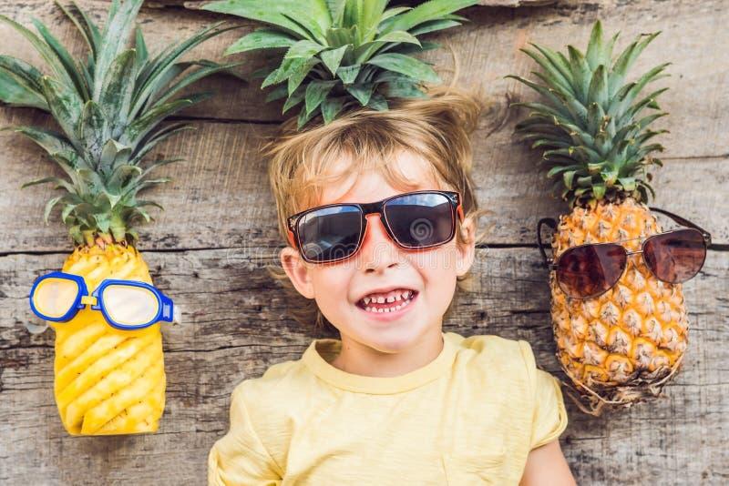 Мальчик и ананасы ананаса на каникулах стоковая фотография