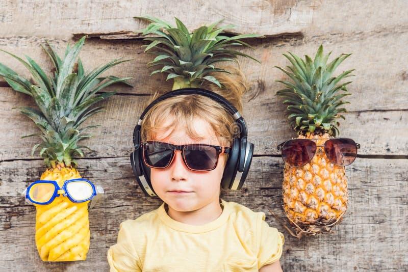Мальчик и ананасы ананаса на каникулах стоковое изображение rf