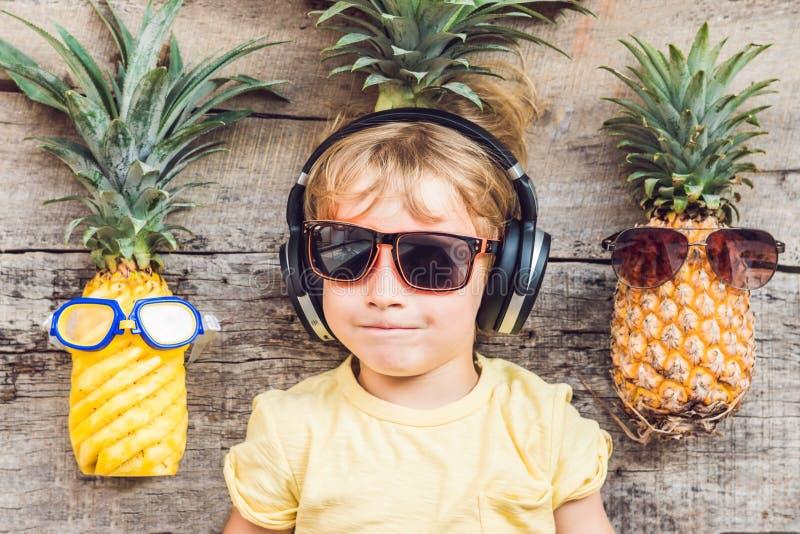 Мальчик и ананасы ананаса на каникулах стоковые изображения