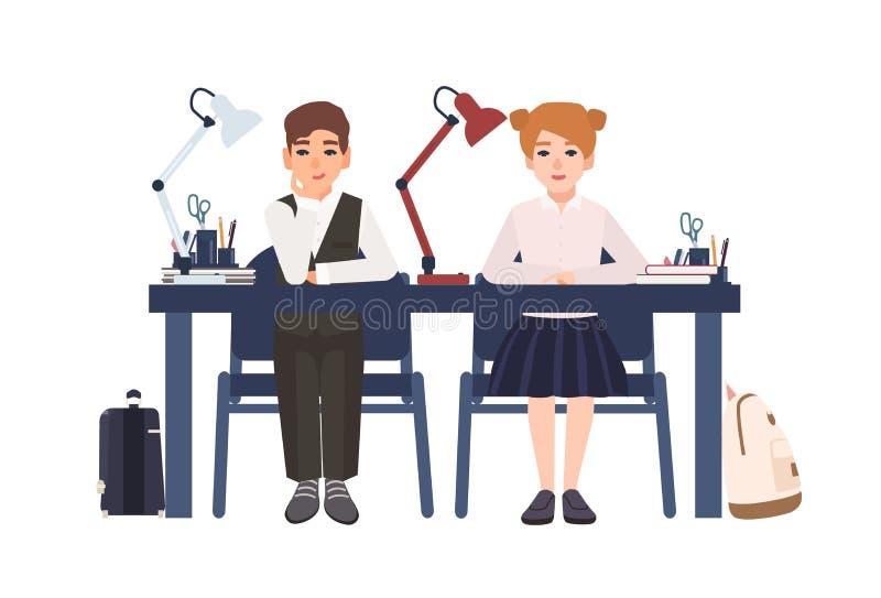 Мальчик и девушка начальной школы в форме сидя на столе в изолированном классе на белой предпосылке Усмехаясь зрачки или иллюстрация штока