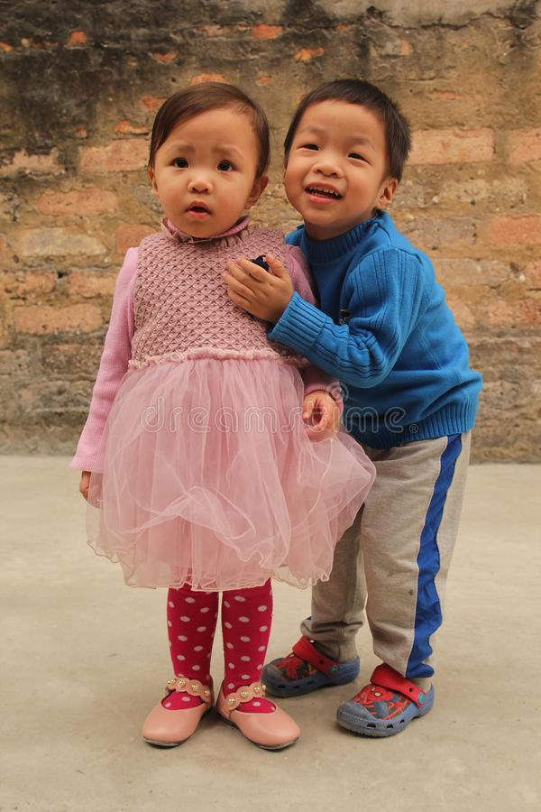 Мальчик и девушка очень счастливы со счастливой улыбкой стоковое фото rf