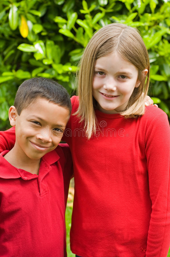 Мальчик и девушка смешанных гонок стоковые фотографии rf