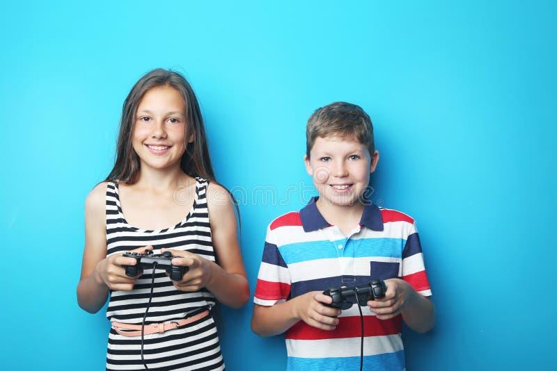 Мальчик и девушка с кнюппелями стоковое фото rf