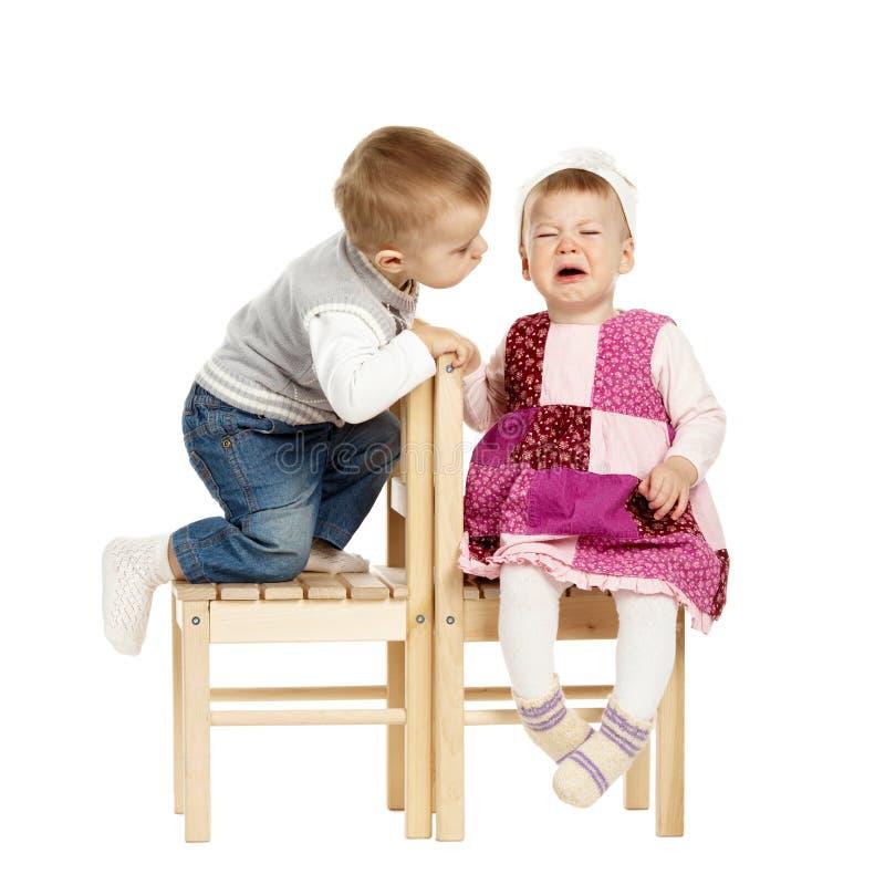 Мальчик и плача девушка стоковое изображение rf