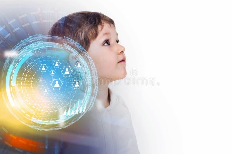 Мальчик и социальный интерфейс интернета HUD средств массовой информации стоковое изображение rf