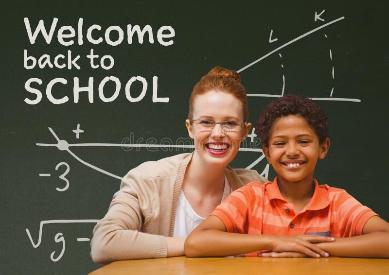 Мальчик и учитель студента на таблице против зеленого классн классного с гостеприимсвом к тексту школы иллюстрация штока