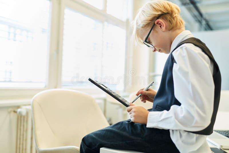 Мальчик как бухгалтер в контролировать стоковое изображение