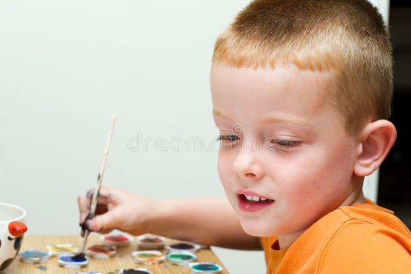 Мальчик крася изображение стоковое изображение