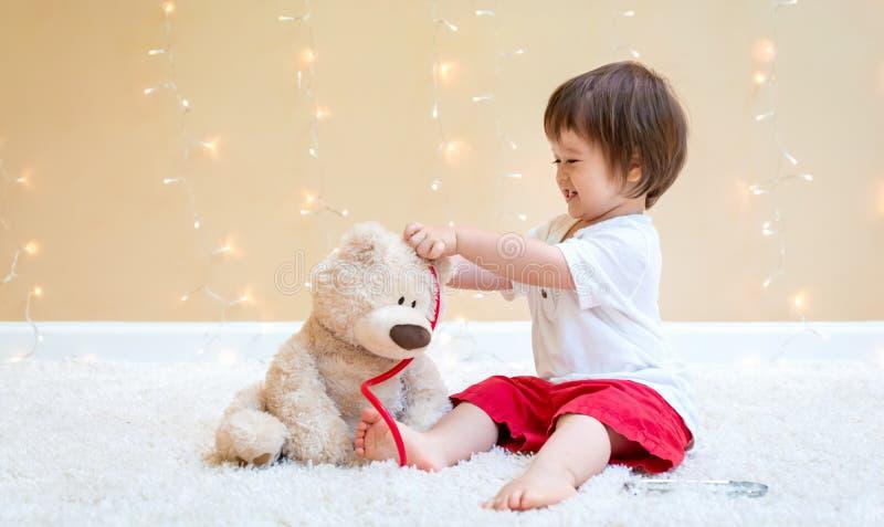 Мальчик малыша с доктором плюшевого мишки стоковые изображения