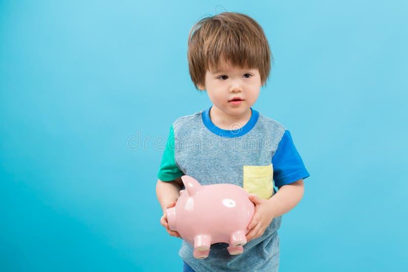 Мальчик малыша с копилкой стоковые изображения
